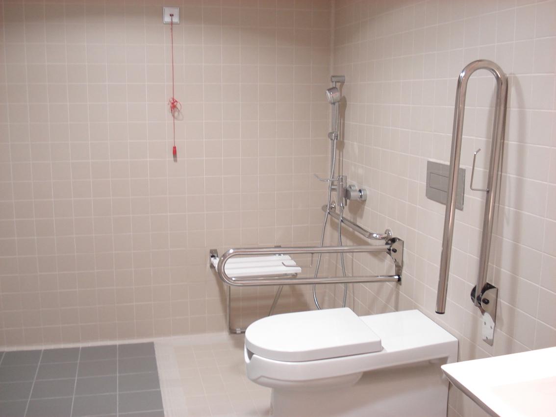 C mo reformar un apartamento para una persona con for Agarradores de ducha